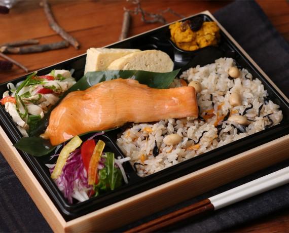 群馬のほたか鱒と大豆炊き込みごはん弁当 1,296円(税込)