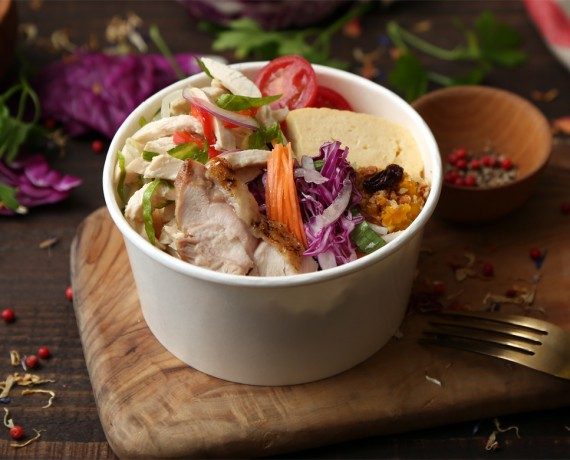 鶏胸肉と野菜のサラダ仕立て+雑穀炊き込みごはん 1,000円(税込)