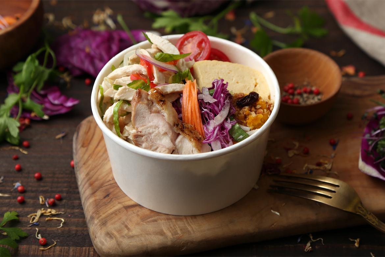 鶏胸肉と野菜のサラダ仕立て+雑穀炊き込みごはん<!--1,000円(税込)-->